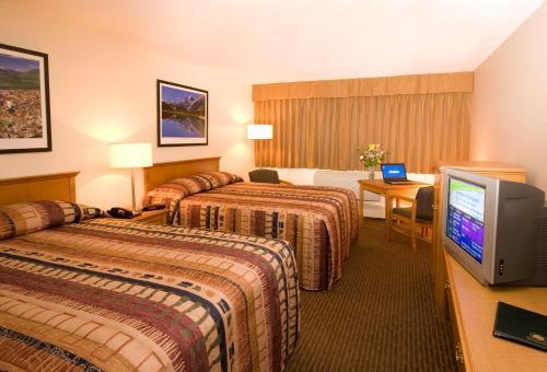 Кровать или кровати в номере Woodlands Inn & Suites