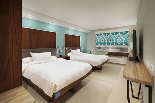 A bed or beds in a room at Tru by Hilton Perrysburg Toledo