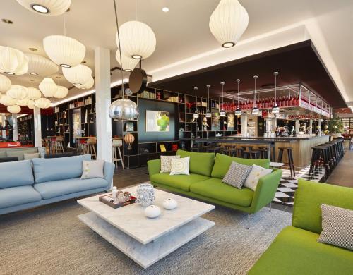 The lounge or bar area at citizenM Copenhagen Radhuspladsen