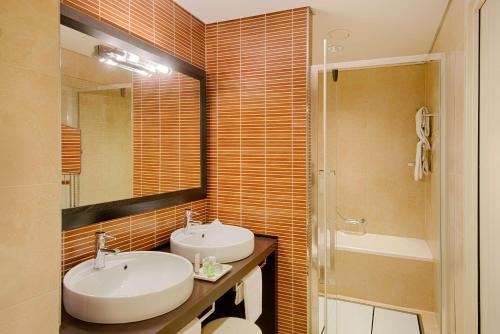 A bathroom at NH Padova