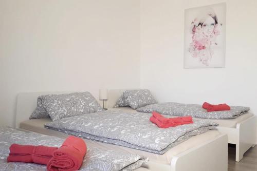 A bed or beds in a room at frisch renovierte Ferienwohnung mit TV und WLAN