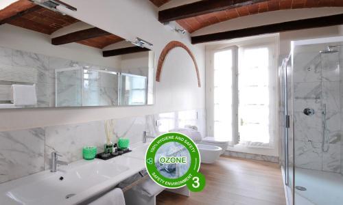 A bathroom at Canto degli Aranci
