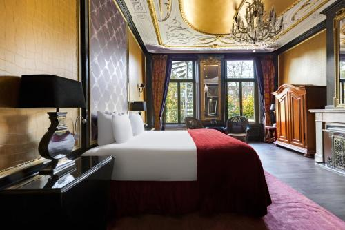 A bed or beds in a room at The Pavilions Amsterdam, The Toren