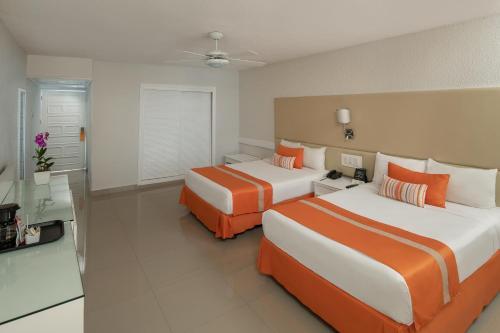 Кровать или кровати в номере Sunscape Puerto Plata