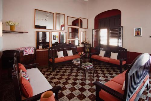 Un restaurante o sitio para comer en Casa de Zari B&B