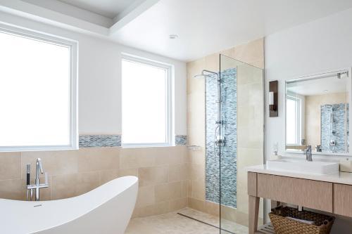 A bathroom at Windjammer Landing Villa Beach Resort