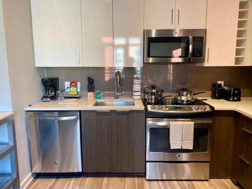 A kitchen or kitchenette at 5th Street NW Apartments