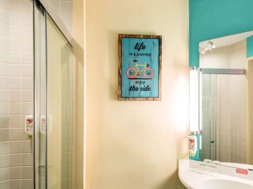 Ein Badezimmer in der Unterkunft Ibis Singapore on Bencoolen (SG Clean)