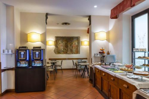A restaurant or other place to eat at Hotel Machiavelli Palace