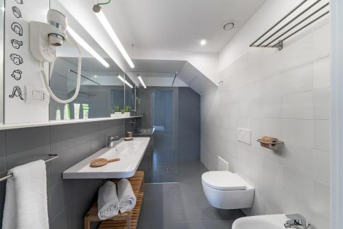 A bathroom at Hotel Piazza Bellini & Apartments