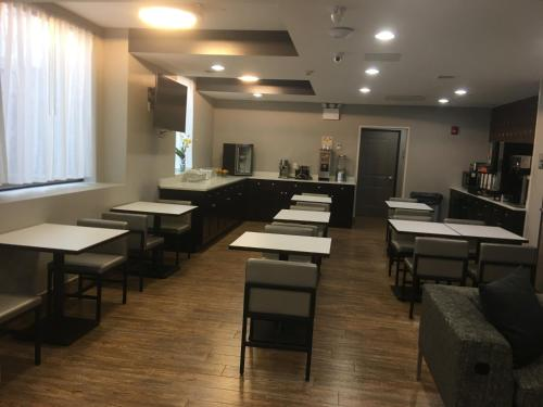 A restaurant or other place to eat at Wingate by Wyndham JFK Airport, Far Rockaway NY