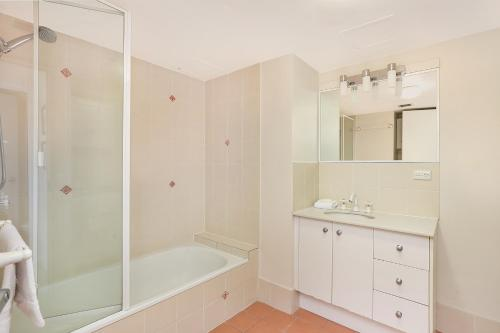 A bathroom at Palmerston Tower