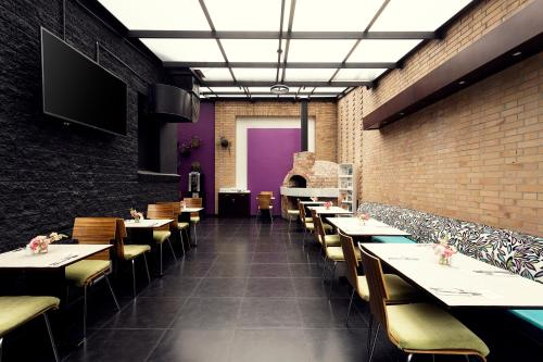 Un restaurante o sitio para comer en Hotel bh Parque 93