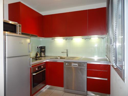 Een keuken of kitchenette bij Le Vieux Port Apartments