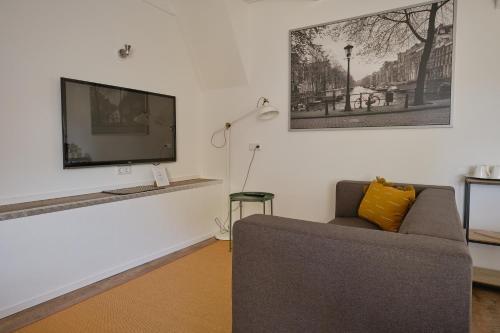A seating area at Het Gecroonde Swaert