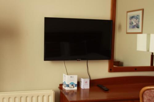 A television and/or entertainment center at Celtic Ross Hotel & Leisure Centre