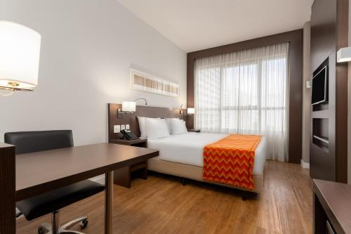 A bed or beds in a room at Comfort Hotel São Caetano