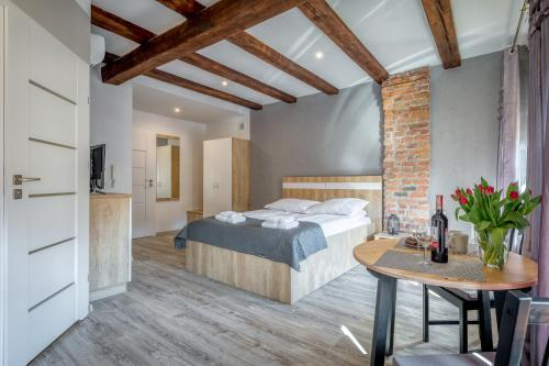 A bed or beds in a room at Apartamenty K2 Podmurna 36