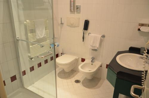 A bathroom at Victor Country Hotel