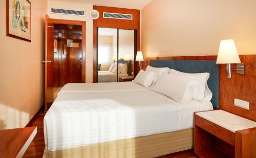 מיטה או מיטות בחדר ב-NH Barcelona Entenza