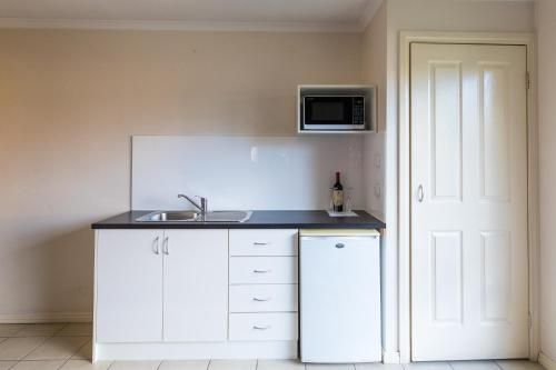A kitchen or kitchenette at Best Western Mill Park Motor Inn