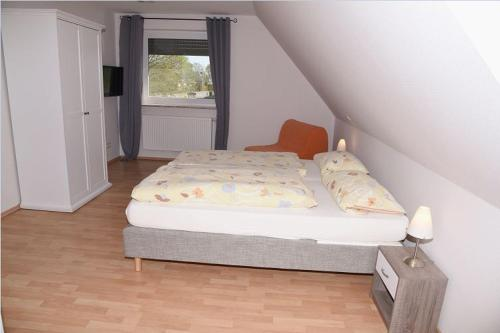 A bed or beds in a room at Hartlef´s Gasthof