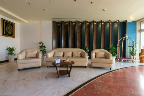 Uma área de estar em Manazil Al Dhayf