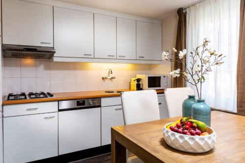 A kitchen or kitchenette at Aparthotel Ons Epen