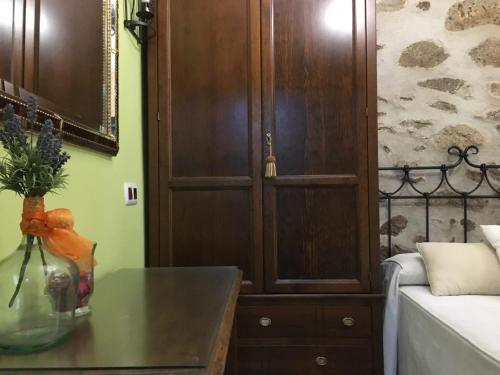 Una televisión o centro de entretenimiento en Casa Rural La Antigua Tahona