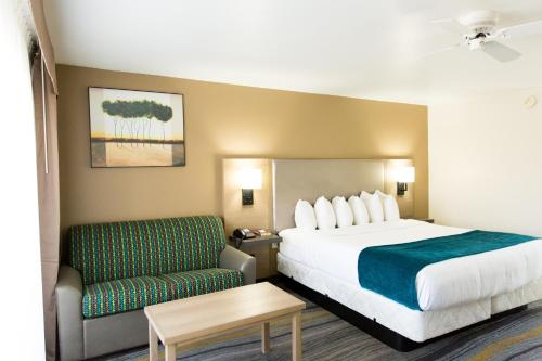 A bed or beds in a room at Los Viajeros Inn