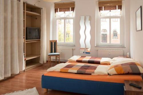 A bed or beds in a room at Vorbeischauen in Plauen 2