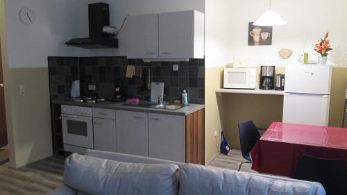 A kitchen or kitchenette at Johnny's wohnen auf Zeit