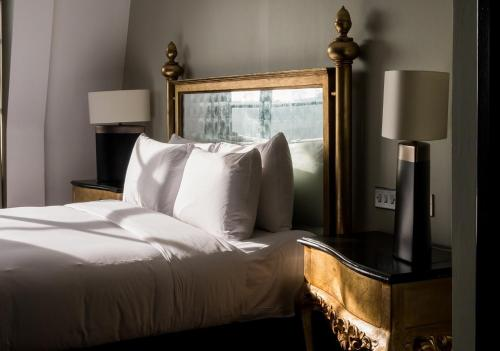 A bed or beds in a room at Radisson Blu Edwardian Hampshire Hotel, London