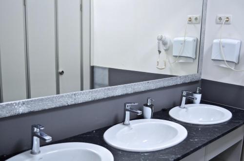 A bathroom at Hostel51
