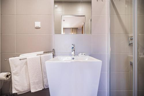 A bathroom at Buganvilias Do Meco Guest house