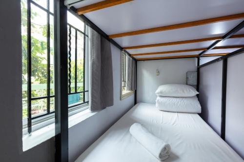 Ein Bett oder Betten in einem Zimmer der Unterkunft AZ Hanoi Hostel