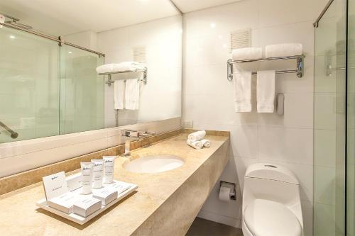 A bathroom at Radisson Bogota Metrotel