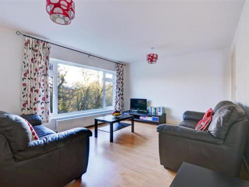 A seating area at Cozy Holiday Home in Looe near River