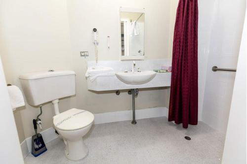 A bathroom at Mariners Court Hotel