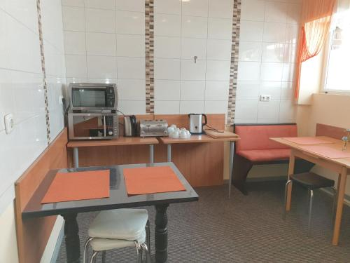 A kitchen or kitchenette at City Lounge Hotel Oberhausen