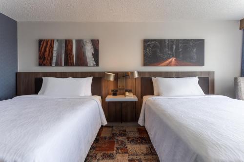 A bed or beds in a room at Hilton Garden Inn San Francisco/Oakland Bay Bridge