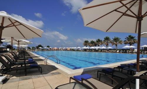 المسبح في فندق موڤنبيك بيروت أو بالجوار