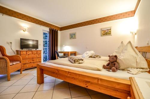 Ein Bett oder Betten in einem Zimmer der Unterkunft Hotel Landhaus Krombach
