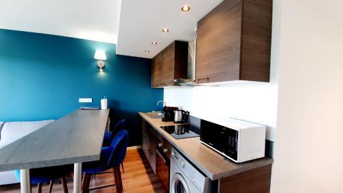 A kitchen or kitchenette at Le nid douillet d'Angèlique et David