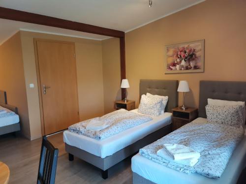 Łóżko lub łóżka w pokoju w obiekcie W Starym Ogrodnictwie