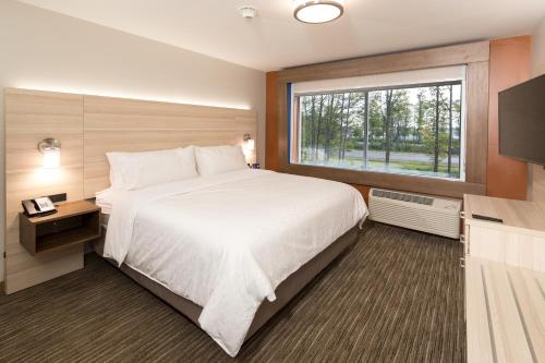 A bed or beds in a room at Holiday Inn Express & Suites - Auburn, an IHG Hotel