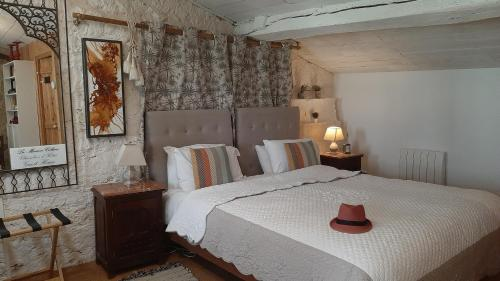 A bed or beds in a room at La Maison Colline