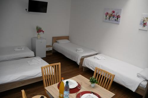 A bed or beds in a room at Zimmervermietung Ludwigsburg