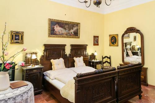 A bed or beds in a room at Hotel Ur-Wachau