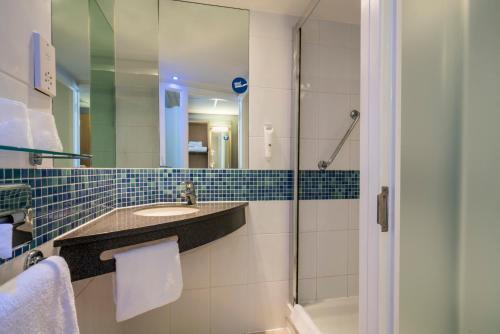 A bathroom at Holiday Inn Express Leicester City, an IHG Hotel